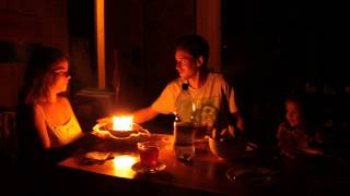 Cantando el feliz cumpleaños de Adriano