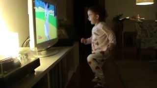 Leonor vibra e dança com a música de início da Casa do Mickey Mouse