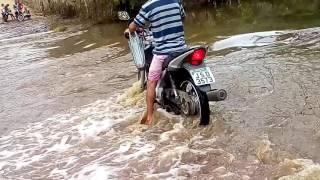 Passando pelo rio cheio de moto