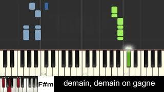 Les enfoirés feat. Kylian Mbappé - On trace (piano facile avec accords et paroles)