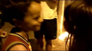 Menina de 5 anos se beijando