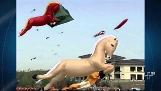 Um festival de pipas gigantes coloriu o céu da China neste sábado