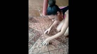 Papagaio finge de morto apos a menina fazer som de tiro