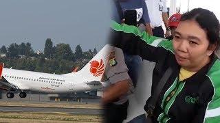 Wanita Driver Ojol Nangis Cerita Lihat Pesawat Lion Air Terbang Miring dan Keluarkan Asap