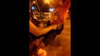Chico de 10 años atrapado en la hamaca de bebe