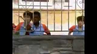 Chiquititas 2013/2014 - Meninos enchem bexiga d'água e acertam em Carmen