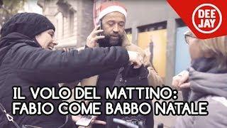 Fabio Volo come Babbo Natale, porta doni ai passanti in via Massena