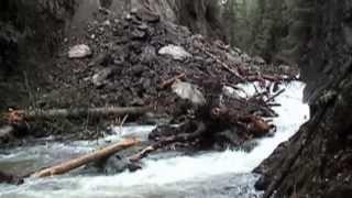 Kayakers ontsnappen aan een landverschuiving