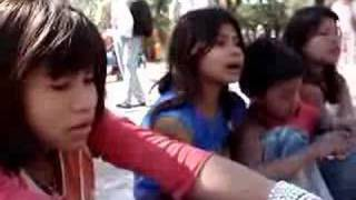 Crianças Guarani cantando