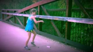 Increíble niña bailando y haciendo el robot
