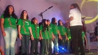 Jordana no coral cantando aquarela do Brasil