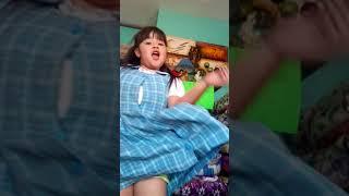 La niña bailando