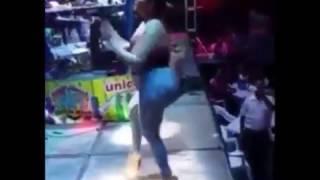 Chica bailando  se cae del escenario -😂😃😄
