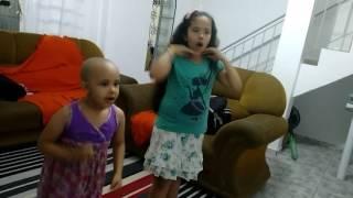 Dança do Canguru - Carolina e Gabriela dançando com a Aline Barros