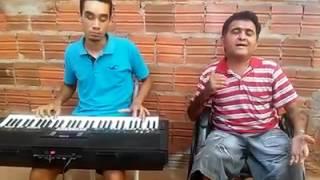 Cego tocando teclado
