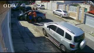 Câmeras de segurança flagram roubo a carro de família em Irajá