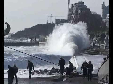 Зимний шторм в Ялте. – Winter storm in Yalta, Ukraine.