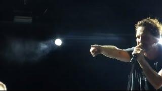 Eddie Vedder para show para tirar da plateia homem que agredia mulher