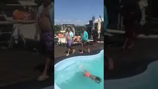 Royce king i sin u bazen