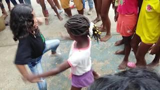 duelo de niñas bailando