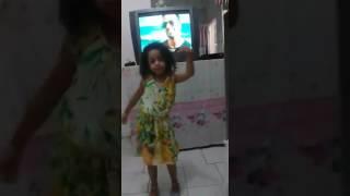 Menina de 6 anos dançando olha  que  linda!!!