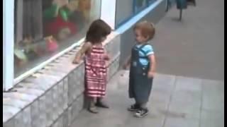 ...Garotinho tentando beijar menina!...