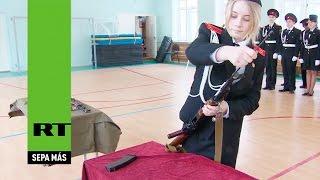 Vea cómo una cadete rusa arma una AK-47 en cuestión de segundos