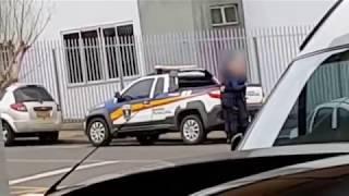 Guardas municipais são flagrados se beijando em via pública