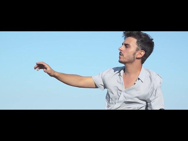 """Videoclip oficial de la canción """"Como Dos Cometas"""" de Alex Sienna."""