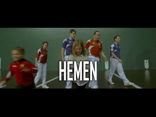 """Videoclip oficial de """"Hemen"""", canción perteneciente al álbum """"13 balas""""."""