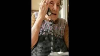 Vovó atendendo o telefone