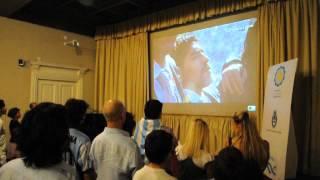 Mirando a la selección Argentina en el consulado argentino en Roma