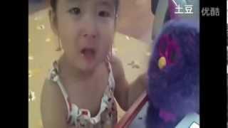 玩具没电 小萝莉以为它死了抱着大哭
