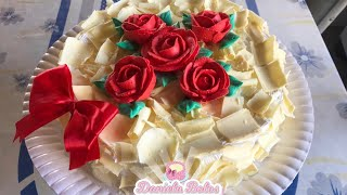 Bolo com rosas e raspas de chocolate branco