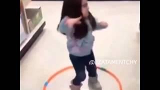Menina tentado rodar no bambolê