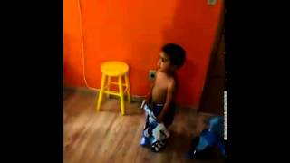 Criança escolhe a camiseta do Grêmio