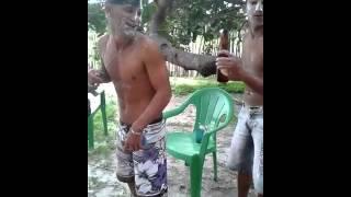 abrindo cerveja no cu... kkkk