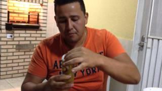 Naldo Abrindo Lata de Cerveja com os Dentes