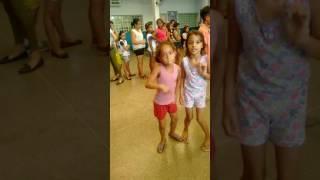 Menininha dançando funk na escola