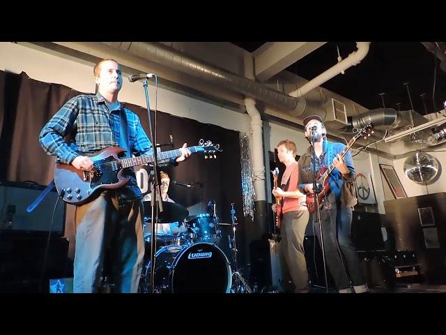 Vídeo de un concierto de The Surfing Magazines en un concierto de Rough Trade East.