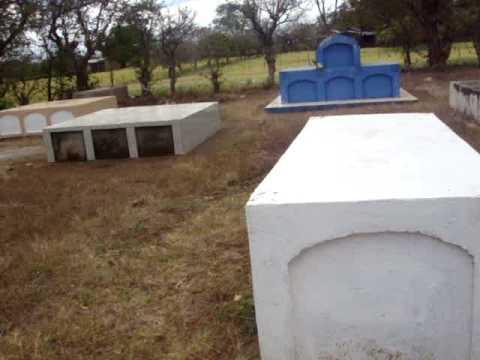 Mi abuelita en el cementerio