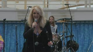 Bonnie Tyler sings hit song during solar eclipse