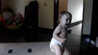 Melina bebe dançando