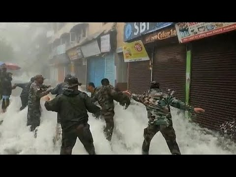 Veszélyes körülmények között zajlik az árvíz utáni mentés Indiában