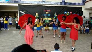 Dançando na escola!!! (Eu sou a de leque com tênis preto)