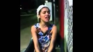 Menina cantando música gospel