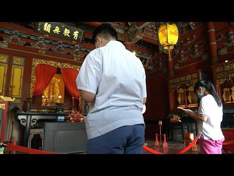 Taiwan students pray to Confucius as examination season begins | AFP photo