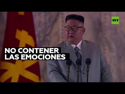 Se le escapan lágrimas a Kim Jong-un durante el discurso en el desfile militar