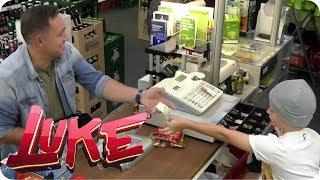 Kinder ferngesteuert im Kiosk! Erwachsene abzocken - LUKE! Die Woche und ich | SAT.1