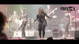 Asa publicly woos her instrumentalist at her concert in Lagos | Freeme TV